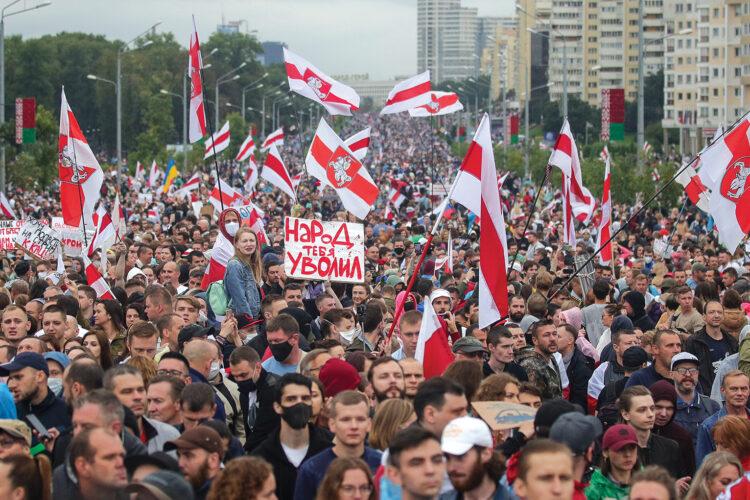 Baltarusijos žmonės sudrebino dviejų diktatūrų pamatus